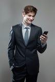 Hombre de negocios joven usando un teléfono móvil Imágenes de archivo libres de regalías