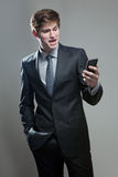 Hombre de negocios joven usando un teléfono móvil Foto de archivo libre de regalías