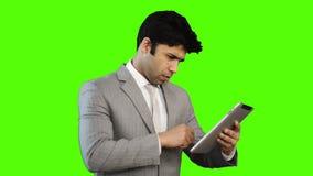 Hombre de negocios joven Using Digital Tablet almacen de video