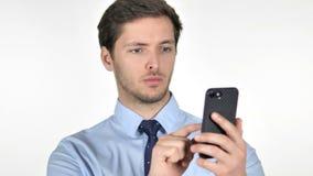 Hombre de negocios joven Using Smartphone en el fondo blanco almacen de metraje de vídeo