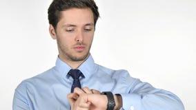 Hombre de negocios joven Using Smartwatch en el fondo blanco almacen de video