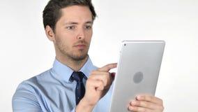 Hombre de negocios joven Using Tablet en el fondo blanco metrajes
