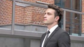 Hombre de negocios joven Walking en la calle metrajes
