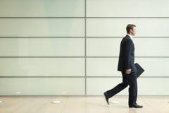 Hombre de negocios joven Walking In Passage imagenes de archivo