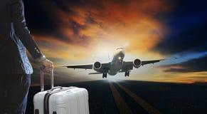 Hombre de negocios joven y maleta del equipaje que se coloca con el pasajero Fotos de archivo