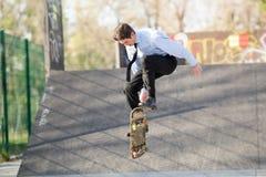 Hombre de negocios In The Jump con el monopatín Fotografía de archivo