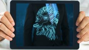 Hombre de negocios de la demostración de la tableta