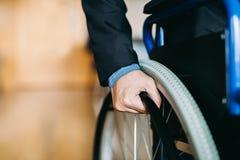 Hombre de negocios de la neutralización en la silla de ruedas fotografía de archivo