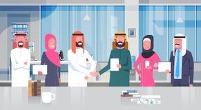 Hombre de negocios Leaders Handshake Over Team Of Muslim Business People de dos árabes en sociedad y el acuerdo modernos de la of libre illustration