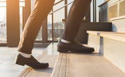 Hombre de negocios Legs Walking Up las escaleras foto de archivo libre de regalías
