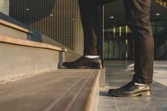 Hombre de negocios Legs Walking Up las escaleras imagen de archivo