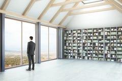 Hombre de negocios In Library Imagen de archivo libre de regalías
