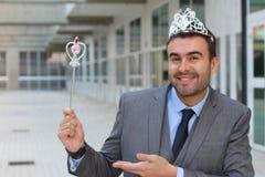 Hombre de negocios lindo que lleva una corona de la princesa fotos de archivo