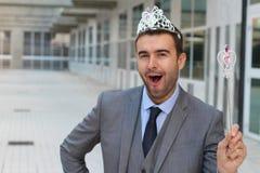 Hombre de negocios lindo que lleva una corona de la princesa fotos de archivo libres de regalías