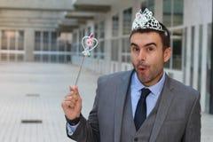 Hombre de negocios lindo que lleva una corona de la princesa imágenes de archivo libres de regalías