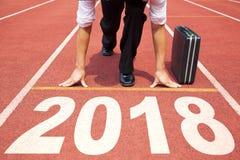 Hombre de negocios listo para correr y 2018 Años Nuevos Fotografía de archivo libre de regalías