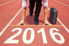 Hombre de negocios listo para correr y concepto del Año Nuevo 2016 Foto de archivo libre de regalías