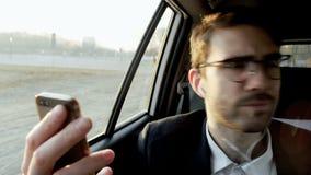 Hombre de negocios Looking Around y el hablar en el teléfono metrajes