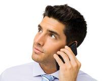 Hombre de negocios Looking Away While que usa el teléfono elegante Foto de archivo