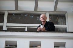 Hombre de negocios Looking From Balcony fotografía de archivo