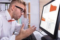 Hombre de negocios Looking At Graph imagenes de archivo