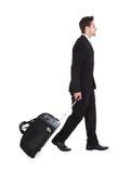 Hombre de negocios With Luggage Walking sobre el fondo blanco foto de archivo libre de regalías