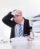 Hombre de negocios maduro agotado At Work imagen de archivo
