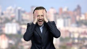 Hombre de negocios maduro de griterío en histeria metrajes
