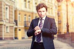 Hombre de negocios maduro hermoso al aire libre Fotos de archivo libres de regalías