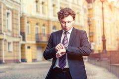 Hombre de negocios maduro hermoso al aire libre Foto de archivo libre de regalías