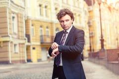 Hombre de negocios maduro hermoso al aire libre Fotos de archivo