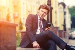 Hombre de negocios maduro hermoso al aire libre Imagen de archivo