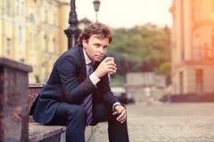 Hombre de negocios maduro hermoso al aire libre Fotografía de archivo