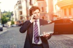 Hombre de negocios maduro hermoso al aire libre Foto de archivo