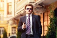 Hombre de negocios maduro hermoso al aire libre Imagen de archivo libre de regalías