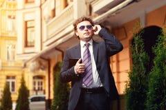 Hombre de negocios maduro hermoso al aire libre Imagenes de archivo