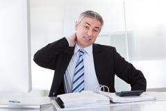 Hombre de negocios maduro With Neck Pain Fotos de archivo