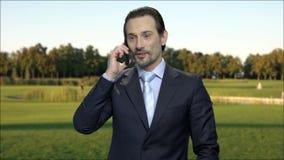 Hombre de negocios maduro que tiene llamada de teléfono