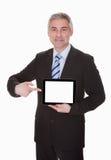 Hombre de negocios maduro Showing Digital Tablet Fotos de archivo libres de regalías