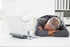 Hombre de negocios maduro Sleeping On Desk imagen de archivo libre de regalías