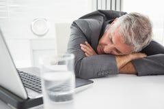 Hombre de negocios maduro Sleeping On Desk imágenes de archivo libres de regalías