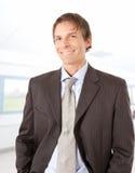 Hombre de negocios maduro sonriente en el ambiente de la oficina Imágenes de archivo libres de regalías
