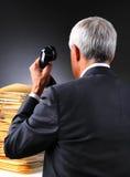 Hombre de negocios maduro With una pila de trabajo Fotografía de archivo