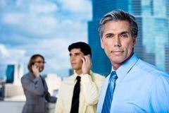 Hombre de negocios maduro y sus personas Foto de archivo