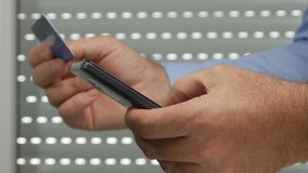 Hombre de negocios Make Online Payment usando un teléfono móvil y una tarjeta de crédito almacen de metraje de vídeo