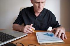 Hombre de negocios Making Market Analysis fotos de archivo