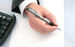 Hombre de negocios; mano de s con la pluma imagen de archivo