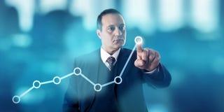 Hombre de negocios Marking Growth Trend en la línea carta imagen de archivo