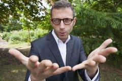 Hombre de negocios masculino extraño que discute sobre soluciones estratégicas de la dirección al aire libre Imagen de archivo