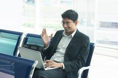 Hombre de negocios masculino indio que trabaja del terminal de aeropuerto Imagenes de archivo